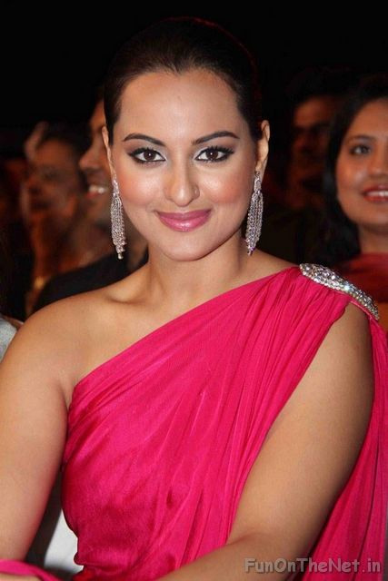 Sonakshi Sinha Hot And Sexy  Breakfastnews-8687